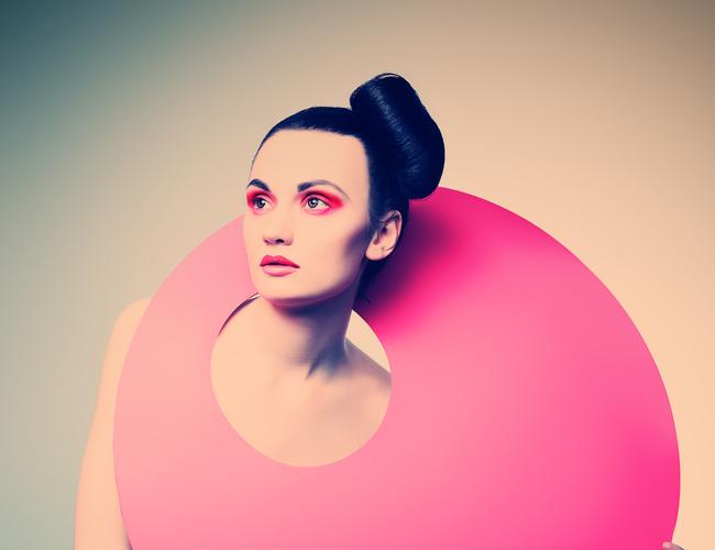 Modelo posa con una estructura rosada