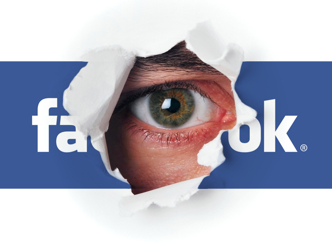 Un ojo observa desde el logo de Facebook