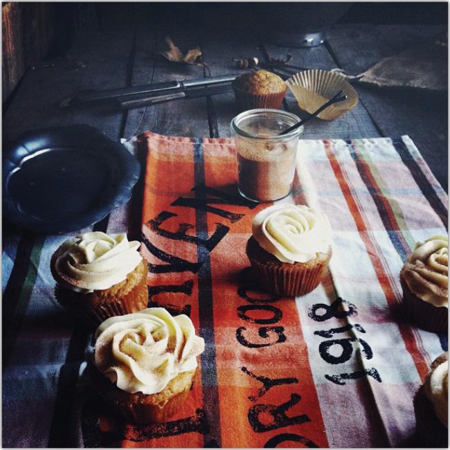 Cupcakes sobre mesa oscura