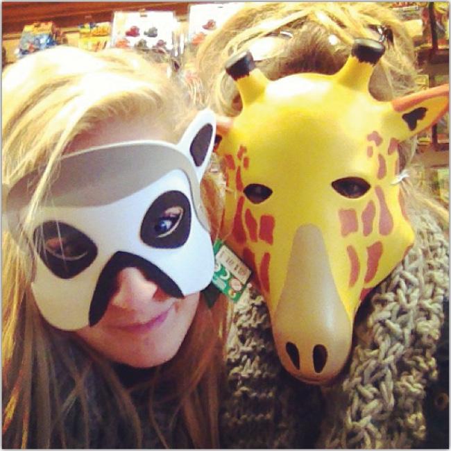 Dos mujeres usan máscaras de animales