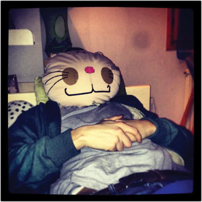 Hombre duerme con una máscara de Hello Kitty