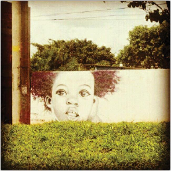 El cabello del grafitti de una niña continua gracias a un árbol