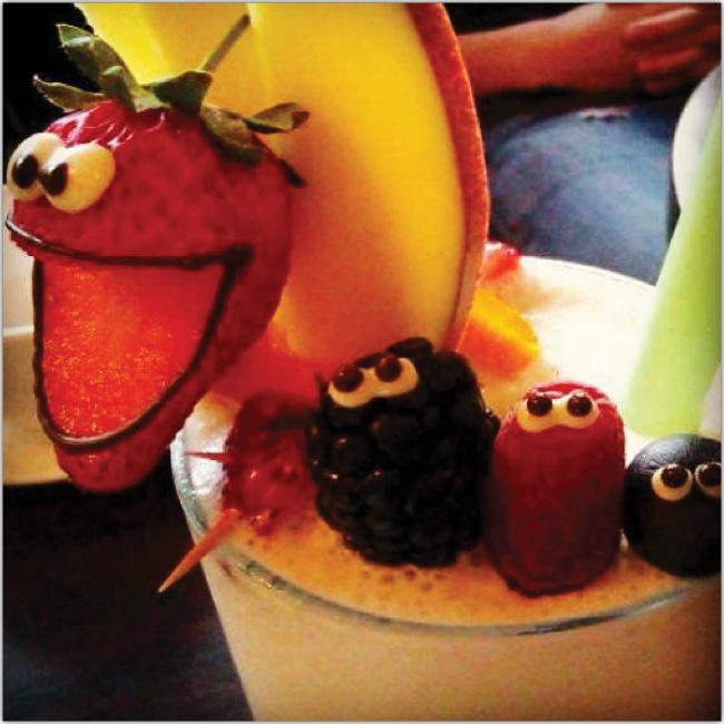 Coctel hecho con frutas con ojitos