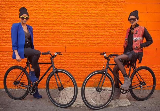 Dos muchachos en bicicleta