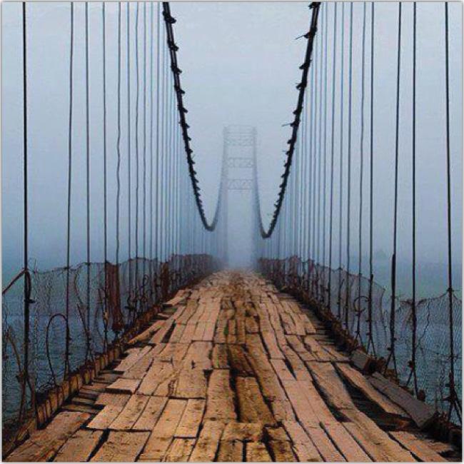 Puente de manera a punto de romperse