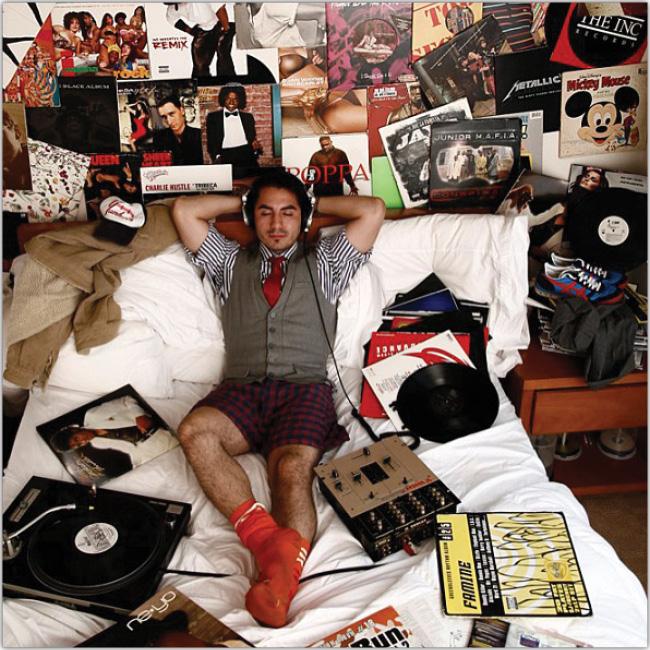 Hombre escucha música desde su cama