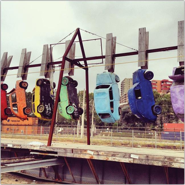 Autos de colores colgados con broches