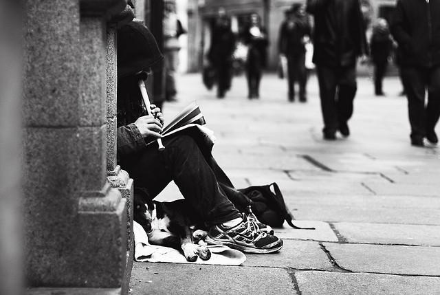 Un hombre sin hogar sentado en la calle