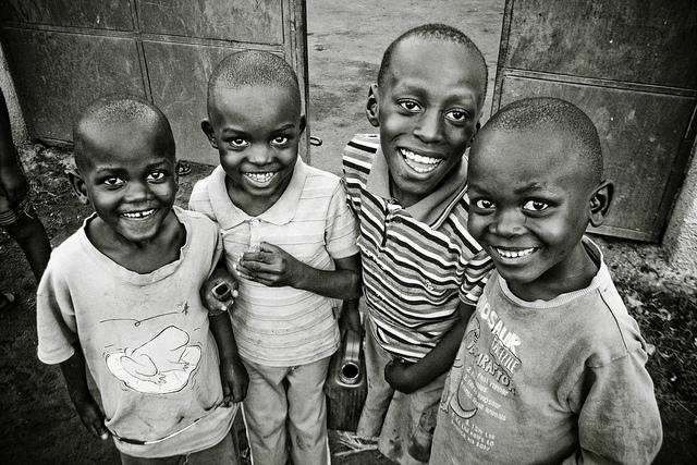 Niños sonríen a pesar de la pobreza