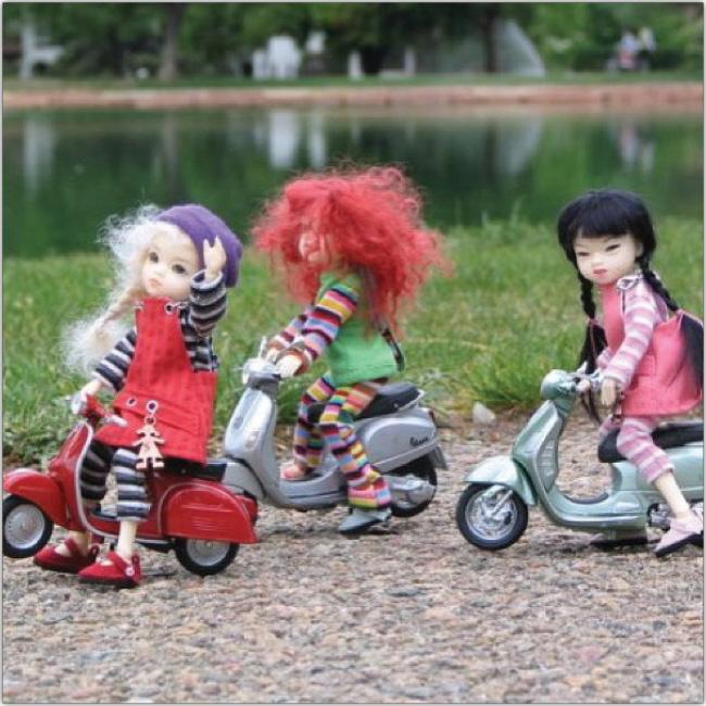 Muñecas andan en scooter