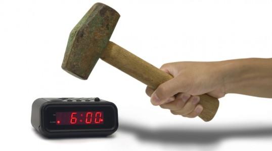 Un martillo golpea un reloj