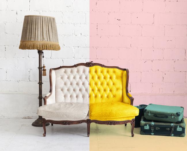 Un sillón mitad blanco y mitad de colores
