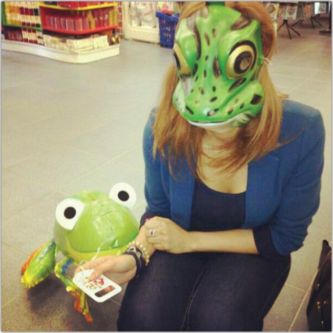 Mujer con máscara de rana