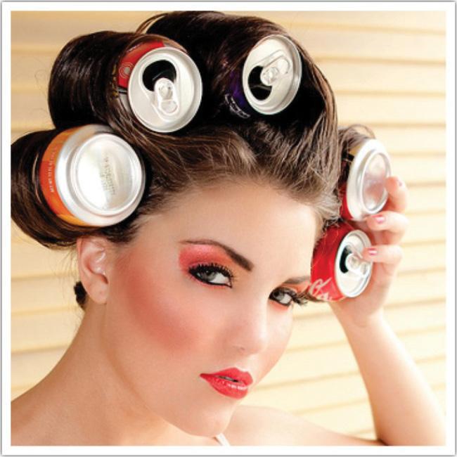 Mujer con ruleros hechos de latas de gaseosa