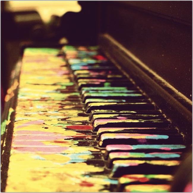 Fotografía del teclado de un piano desde el costado.