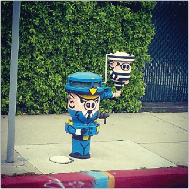 Caja de correo en la calle pintada como policía y ladrón.