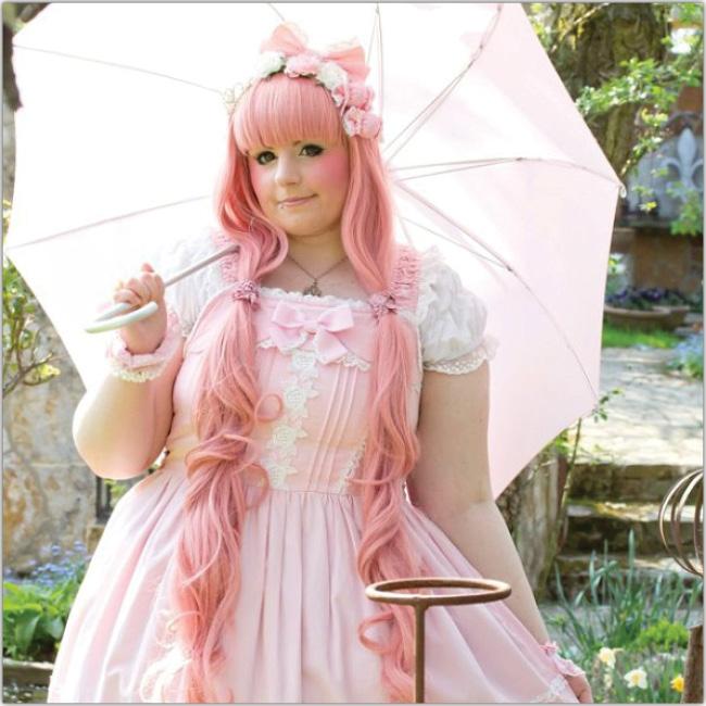 Mujer vestida como muñeca en tonalidades rosa