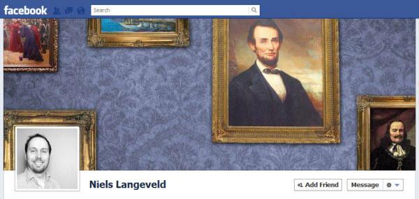 Screenshot de una foto de portada donde la foto de perfil simula ser parte de una pared llena de fotografías antiguas en onda de museo.