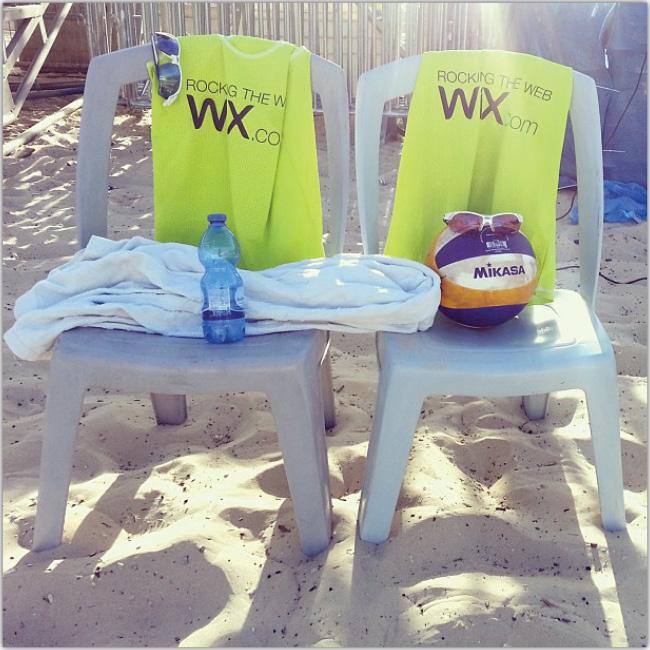 Dos sillas con elementos para jugar Volleyball sobre ellas.