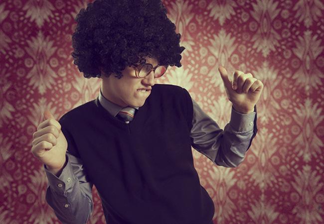Hombre con peluca de afro bailando