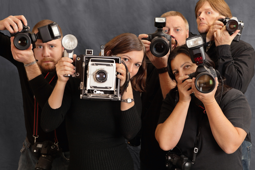 Un grupo de paparazzis listos para fotografiar