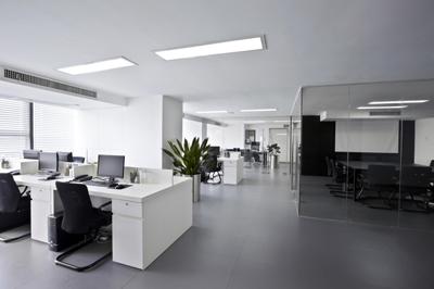 Oficina vacía. Escritorios y sala de reuniones