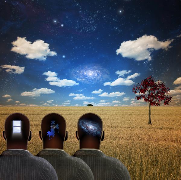 Imagen de tres hombres de espalda con dibujos en sus nucas, simbolizando el subconsciente de sus cerebros