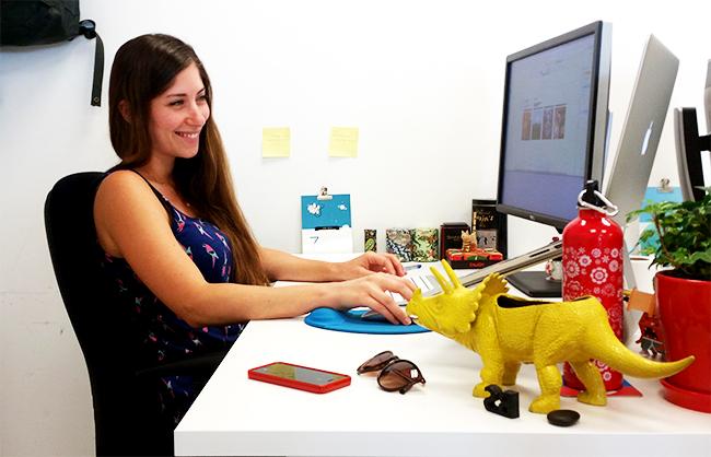 imágen de la diseñadora Batel Sebbag trabajando en su escritorio