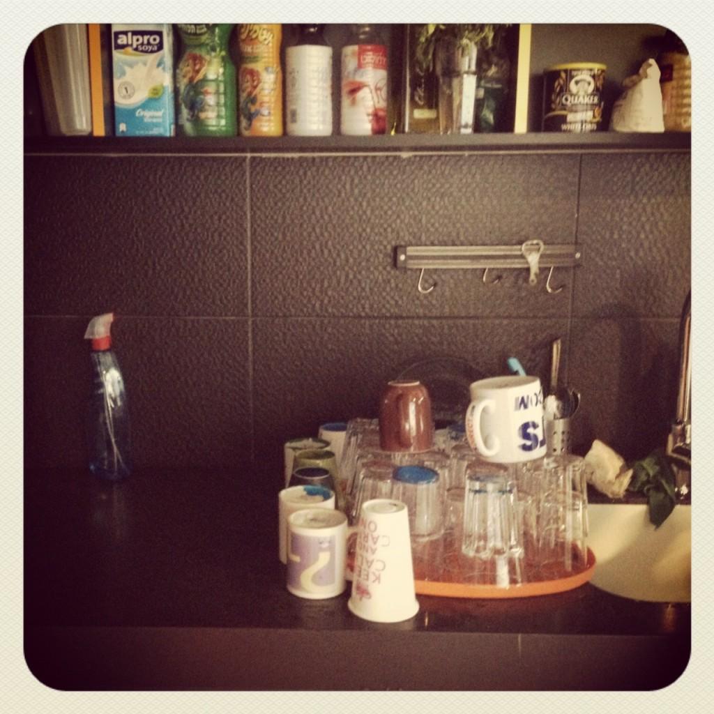 Vasos y tazas limpias en la cocina de Wix