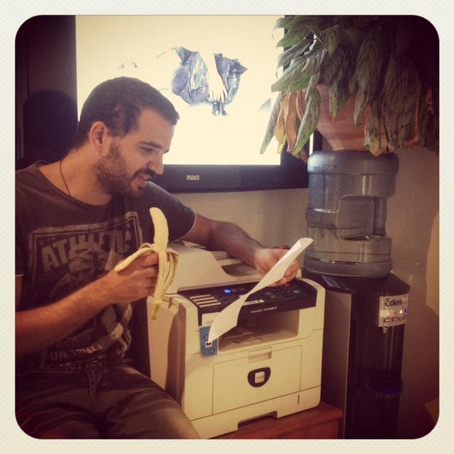 Empleado Wix sentado frente a la impresora