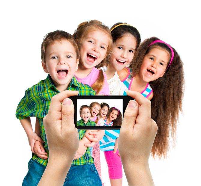 Niños fotografiándose para la cámara
