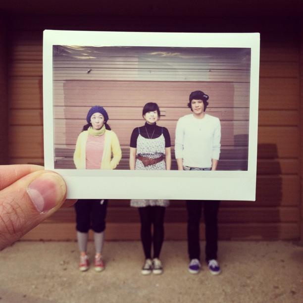 Tres jóvenes vestidos como en los setenta
