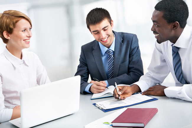 Consultores trabajando