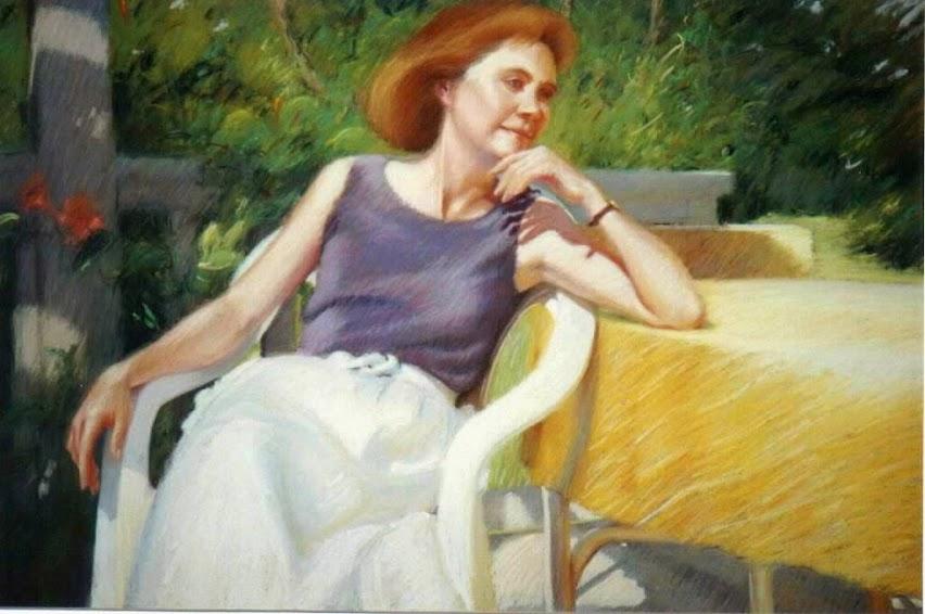 Mujer sentada a la mesa