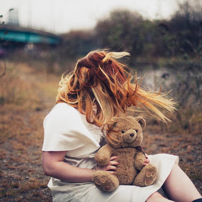 Mujer con un oso de felpa