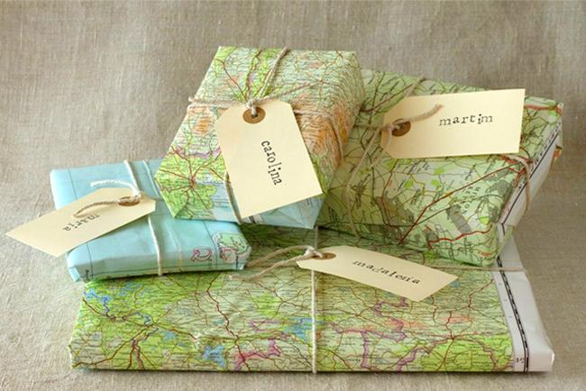 Regalos envueltos con viejos mapas