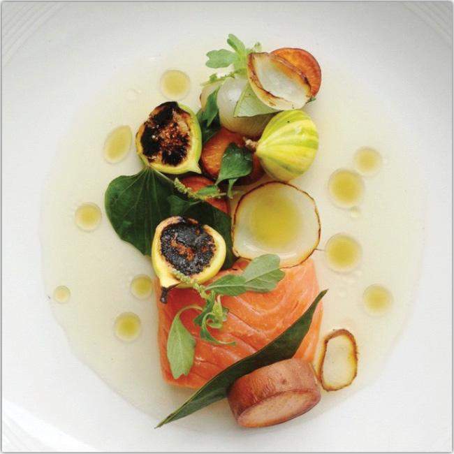 Salmón con variedad de frutos de mar
