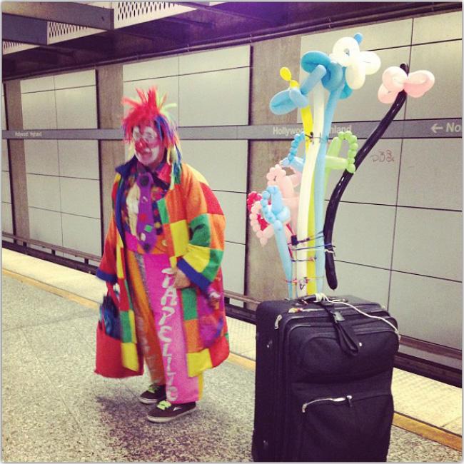 Payaso espera el tren subterráneo