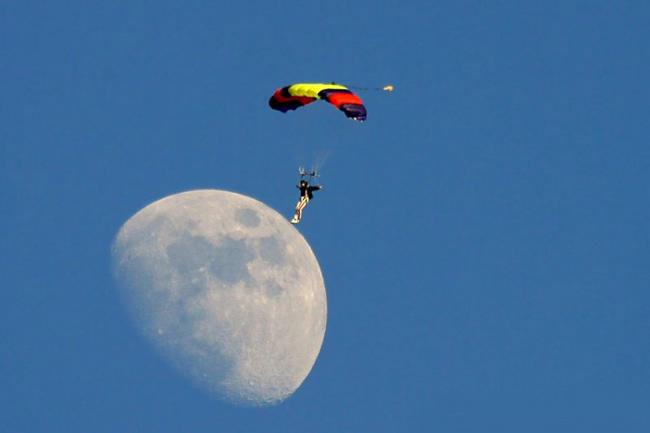 Hombre con parapente parece aterrizar en la luna