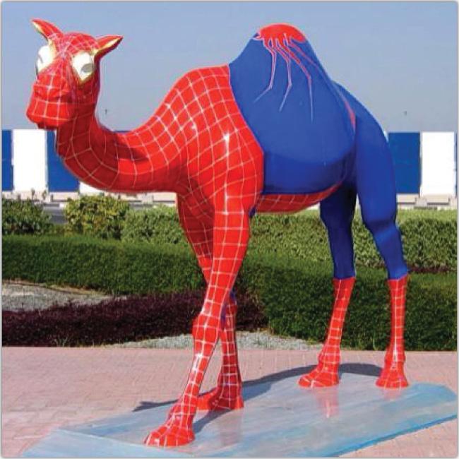 Camello disfrazado del hombre araña