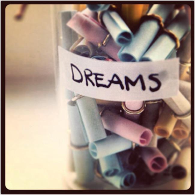 Un tarro lleno de notas con los sueños de alguien