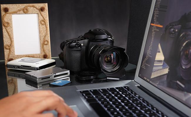 Mano utiliza una laptop con una cámara a su lado