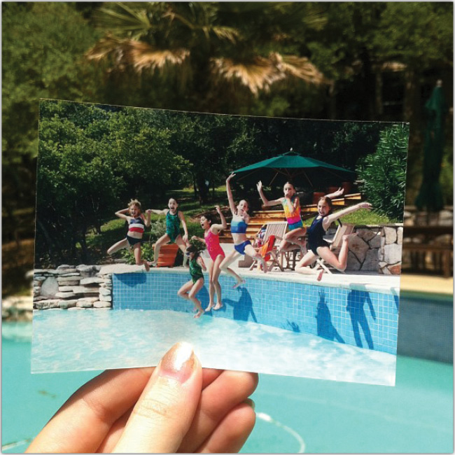 Foto impresa de un grupo de niñas en una piscina, sobrepuesta sobre la piscina real.