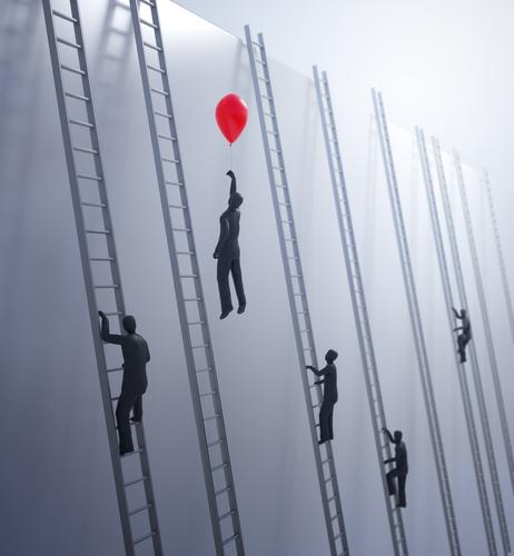 Muchas siluetas de hombres subiendo por escaleras y un hombre elevándose con un globo rojo