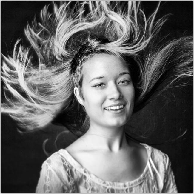 Mujer en blanco y negro con el pelo al viento.