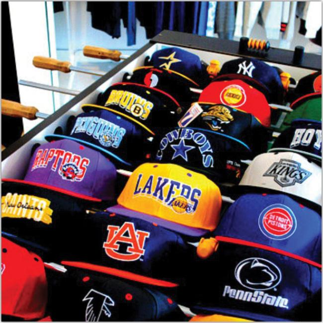 Muchos gorros de diferentes equipos de Basketball.