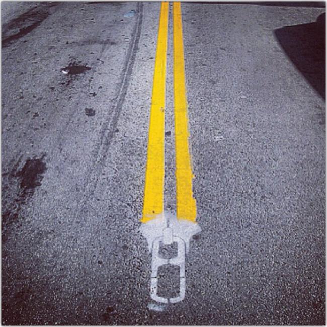 Cierre de pantalón pintado en el pavimento de una calle