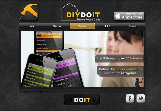 Pantallazo de un sitio web donde aparecen 3 iPhones en primer plano y dos personas en el plano trasero