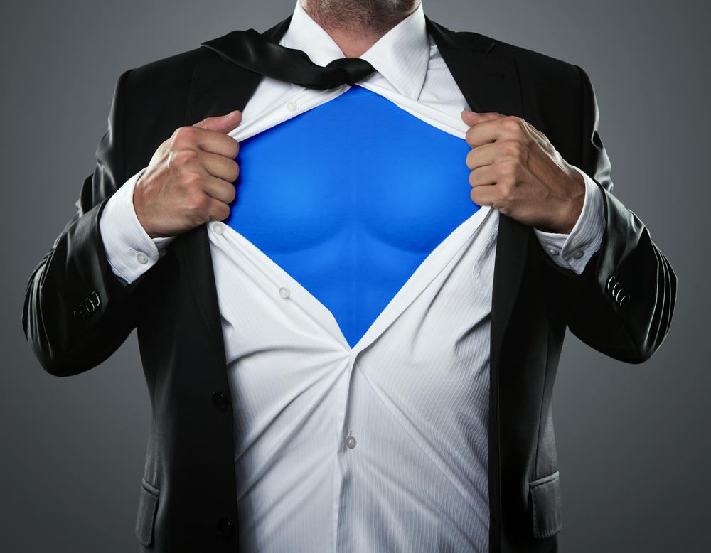 Hombre abriendose la camisa y con una especie de camiseta de Superman debajo