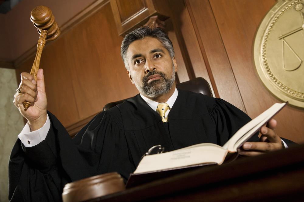 Juez con martillo en pleno juicio